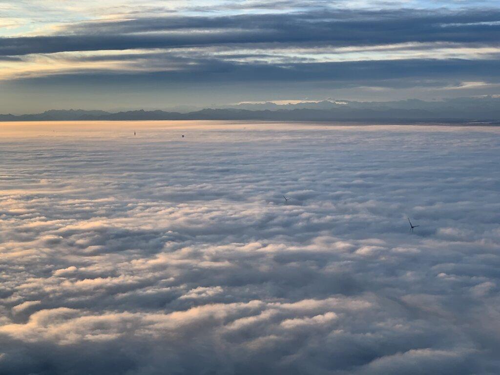 20.10.2019 Rzeszow - München   Sonnenaufgang über dem Münchner Nebel